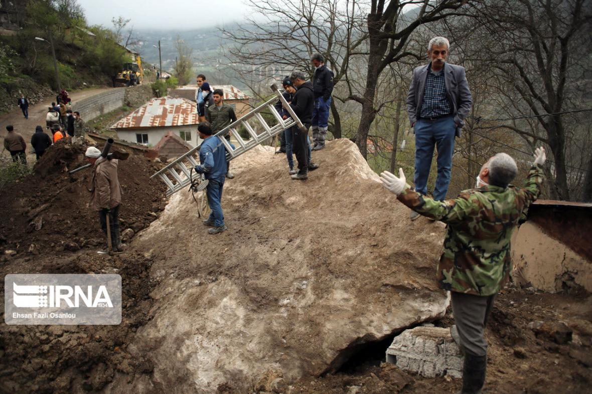 خبرنگاران کوه باز هم بر سر روستای پیت سرا سوادکوه ریزش کرد