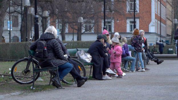 واکنش سوئدی ها به ویروس کرونا، لذت از آفتاب بهاری و بستنی